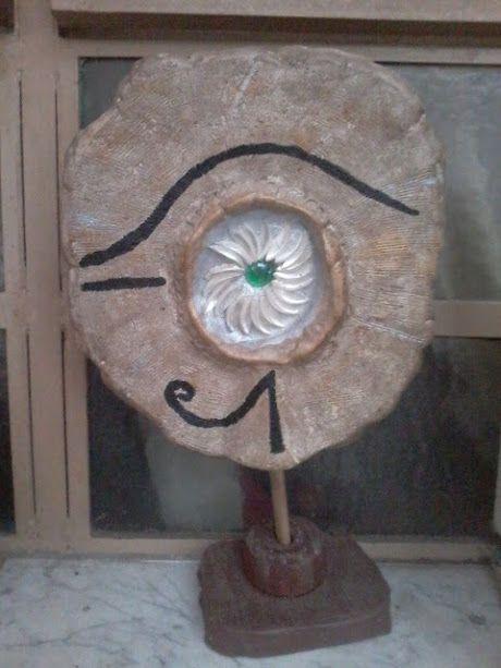 El ojo de Isis  ( escultura en pastapiedra y madera )