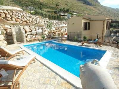 VILLA GIULIANA - Nice country holiday home located on a hill top overlooking the Gulf of Castellammare, in the area of Fraginesi a little distance away from the ancient Baglio of Scopello and the famous Faraglioni.