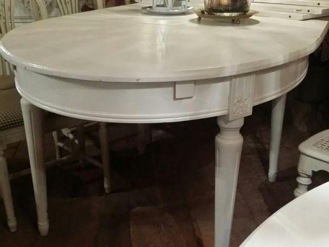 Säljer vårt Gustavianska bord 5 iläggsskivor Bordet handgjort i början av 1900 talet Vacker bred sarg och rejäla ben. 100 cm brett och 130 långt utan ilägg...