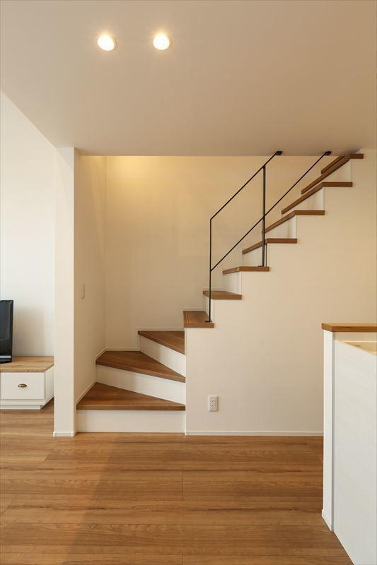 桑名市でラウムハウス(株)ニシベが設計施工した作品事例です。間口の狭い狭小地でも勾配天井のある2階リビングとアイアイン手摺のロフトのある開放的な空間の狭小住宅です。