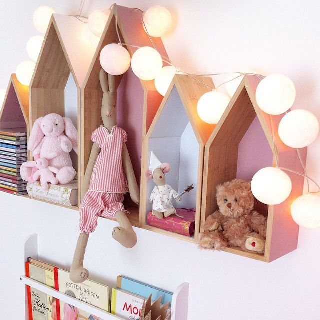 Litet hus... Hushylla, barnrum. Kids room details. Maileg bunny & mouse in little houses, cotton ball string lights.
