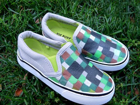 DIY Minecraft shoes project using fabric markers ... tutorial. minecraft minecraftshoes #diy_Minecraft  #minecraft