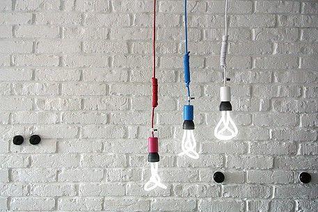 Kolorowe kable w tekstylnym oplocie, żarówki dekoracyjne: http://www.sklep.imindesign.pl/nasze-galerie/nowoczesne-wnetrza