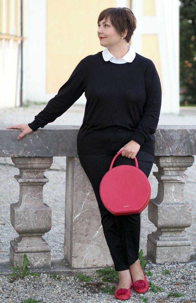 Типичный парижский стиль: узкие черные брюки 7/8, свитера с воротниками блузок, балерин, красные губы