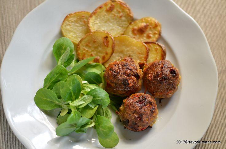 Chiftelute cu legume si cascaval la cuptor. Chiftele moi si suculente, pline de bucatele de legume (morcov, dovlecel, ardei, porumb etc) coapte la tava.