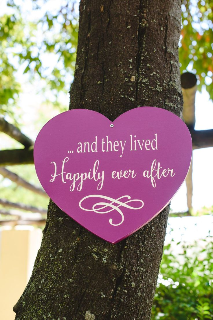 Hand painted heart wedding sign in pink. Cake & Confetti Weddings. Photo by Quemcasaquerfotos