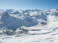 """Tignes - Mit zwei gigantischen Gletschern im Hintergrund ist Tignes nicht nur optisch ein Skiort der Superlative – zusammen mit dem Skigebiet Val d'Isère wird ein grandioses Skiparadies Realität. Das """"L'Espace Killy"""" genannte Wintersportdomizil lässt keine Wünsche offen. www.winterreisen.de"""