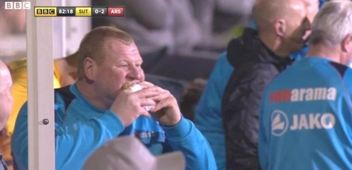Após abertura de investigação, goleiro que comeu torta em jogo se demite