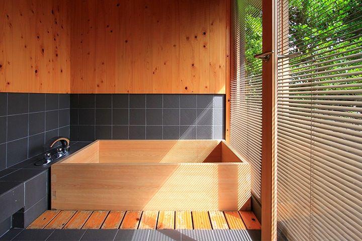 新しい旅のカタチ。五島列島・小値賀島の古民家ステイ|ANA Original ... ... ブラインドから優しい光が射し込むヒノキのお風呂。至福の時間です