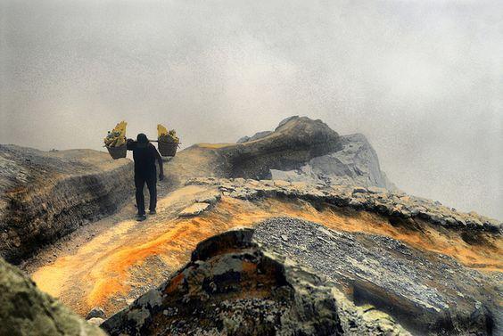 Riccardo Pesaresi, Sulfur mining at Kawah Ijen, Java, Indonesia: