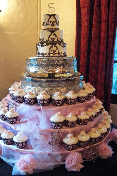 A beautiful cake and cupcake display that my Mums found.  If I could find a couple of vintage cake platters, that would be perfect.  Oh, and I will also be cutting my own cupcake wrappers with my Cricut :-D