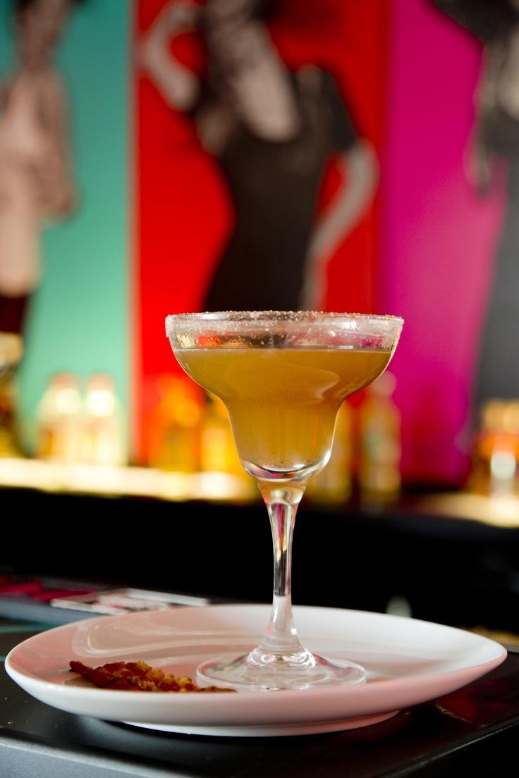 PEPPER LA RITA MARGARITA. 60 ml Sierra Milenario Reposado, 20 ml Agaven-Pfeffer-Sirup, 30 ml frischer Limettensaft, 1/3 frische rote Paprika, 1/4 ca. fingerdicke Scheibe frische Ananas.  #Margarita #Cocktail #Tequila #yellow #gelb #bacon