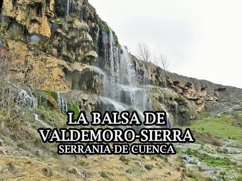 La Balsa de Valdemoro-Sierra es una enorme cascada que tiene poco que envidiar a la del Nacimiento del Río Cuervo. Te encantará en cualquier época del año.