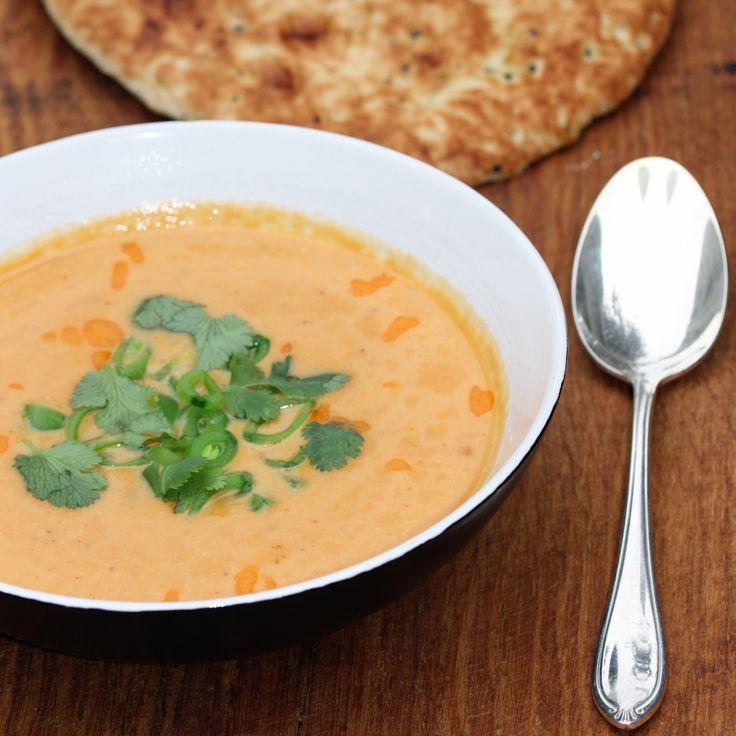 Ottolenghi schrijft in zijn nieuwste boek over dit recept: 'Deze frisse, romige soep met al zijn smaken is het eerste wat ik maak als de komst van de herfst officieel is aangekondigd.' Thaise rode ...