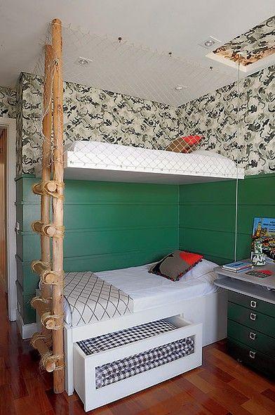 Para compor este pequeno quarto de dois irmãos, a designer de interiores Maria Fernanda Corrêa pensou na rústica escada de madeira de eucalipto, com papel de parede e tela de proteção