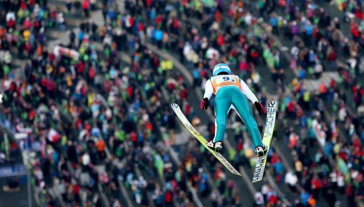 Były spore apetyty, skończyło się katastrofą. Drużyna polskich skoczków nie dostała się do drugiej serii inaugurującego Puchar Świata konkursu w Klingenthal. http://sport.tvn24.pl/sporty-zimowe,130/zimny-prysznic-na-glowach-skoczkow-dostalismy-w-tylek,491409.html