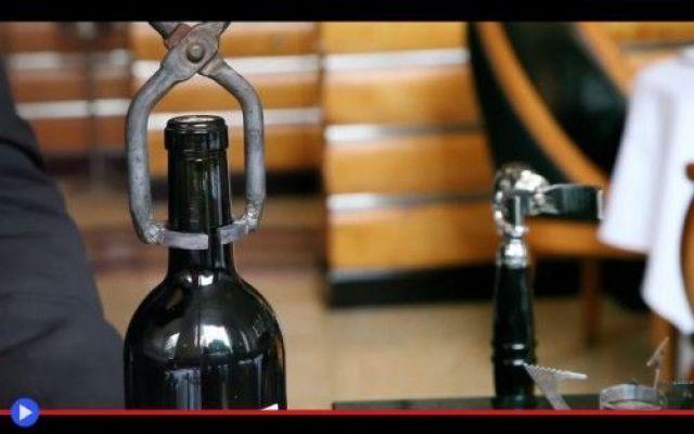 La finezza della pinza per aprire il vino Tutto è pronto nel giardino d'estate, per la cena romantica di un giorno già scritto col fuoco del fato, per fortuna mai fatuo: 7 candele, 3 per tu-Lui, 3 per lei-Lei, più una nel centro del tavolo t #vino #gastronomia #invenzioni #bottiglie