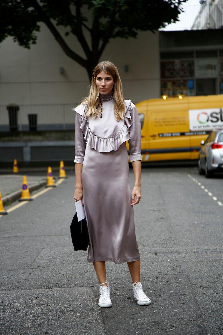 """Londres pode não ser a fashion week mais esperada do """"circuito Elizabeth Arden"""" da moda (Nova York, Londres, Milão e Paris) mas é certamente a mais experimental, e de onde saem talentos importantíssimos para a moda mundial (vide Galliano e Alexander McQueen). O street style segue a mesma linha com mais liberdade, individualidade e excentricidade na hora de se vestir. Veja, a seguir, um apanhado dos looks que desfilaram nas ruas de Londres durante a temporada."""