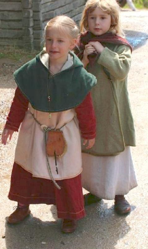 Sweet little viking reenactor girls in Haithabu 2012 ...
