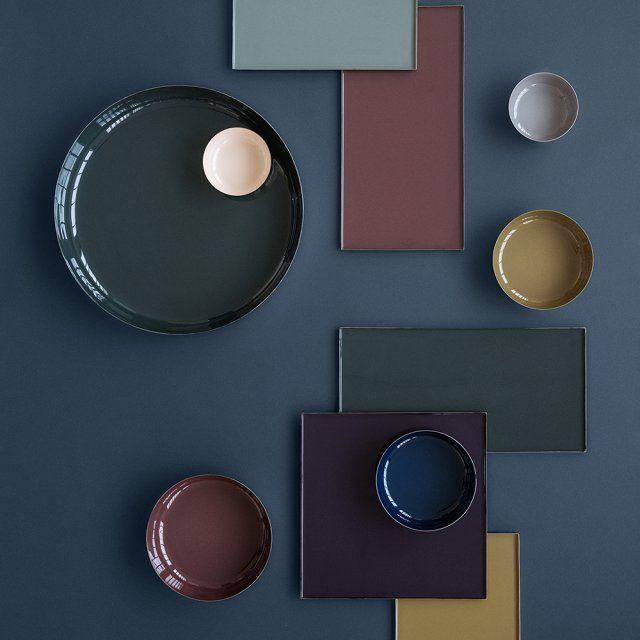 Des plateaux carrés et rectangulaires aux couleurs tendance, accompagnés de jolies assiettes rondes, Broste Copenhagen