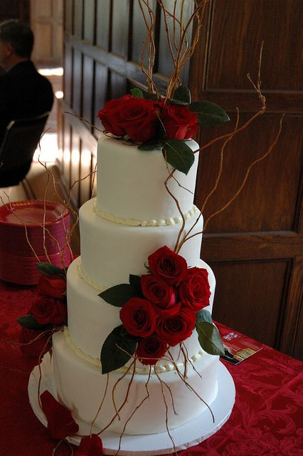 White cake, red roses... and a few branches!