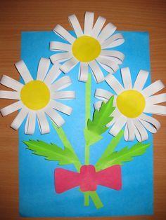 Очень красивая и очень простая в исполнении поделка — ромашки для мамы, бабушки или крестной. Детишки очень любят дарить подарки! Особенно, если они сделаны своими руками. Они вкладывают всю свою любовь и теплоту в те рисунки, аппликации, картины, которые создают своими маленькими ручками. Мы нашли