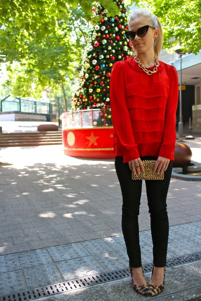 Red, leopard, skinnies and ponytail - great winter outfit!