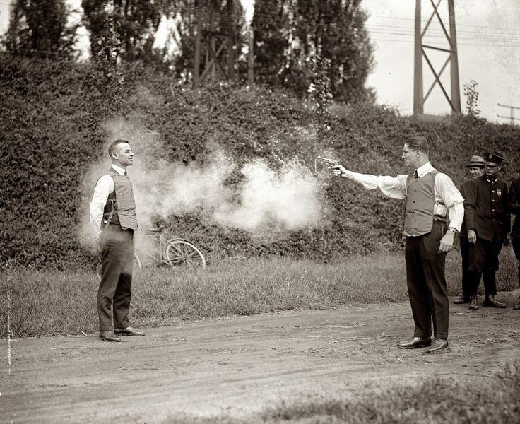 Probando el chaleco antibalas (1923). Y ¿cómo crees que se hacían las primeras pruebas? Es simple: la gente simplemente se arriesgaba la vida para crear algo valioso y útil.