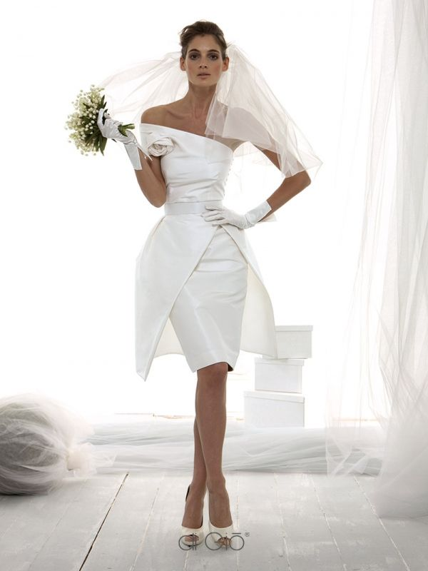 CR 10 | Abito corto in faille di seta con scollo asimmetrico e gonna a tulipano. | #lesposedigio #weddingdress #madeinitaly #bridaldress | www.lesposedigio.com
