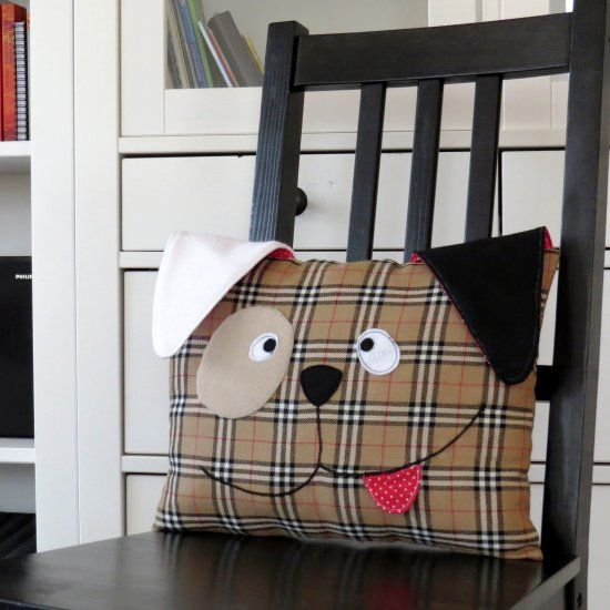 DIY decorative dog pillow with free pattern and step by step tutorial, great home decor and easy project for beginners leraning to sew. #diy_dog_cushion