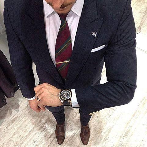 Traje azul de rallas y zapato marrón todo en tonos oscuros perfectos para el invierno. Una elección 100% acertada para cualquier situación   #tendencias #trajes #caballero #modahombre #consejosmoda #miguelcarreguí #castellón
