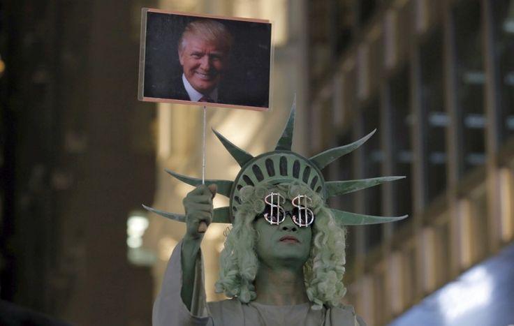 La statue de la Liberté ornée du symbole du dollar: à Hong Kong, l'élection de Donald Trump suscite également pas mal de réactions.