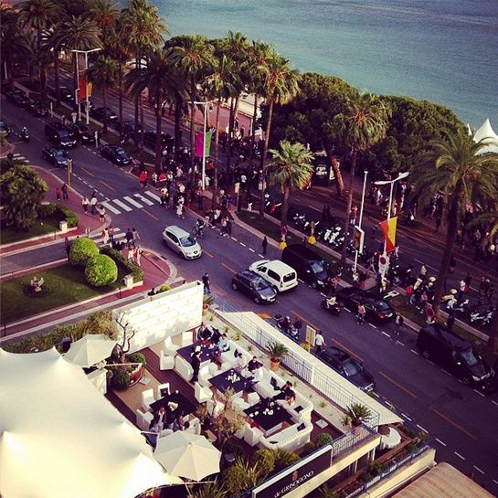 Le Festival de Cannes sur Instagram jour 11 De Grisogono. La Croisette vue par De Grisogono  Présente tout au long du Festival de Cannes, parant de diamants les actrices et tops les plus en vogue du moment, la maison joaillière postait samedi 24 mai sur son compte Instagram une vue aérienne de la terrasse De Grisogono sur la Croisette.