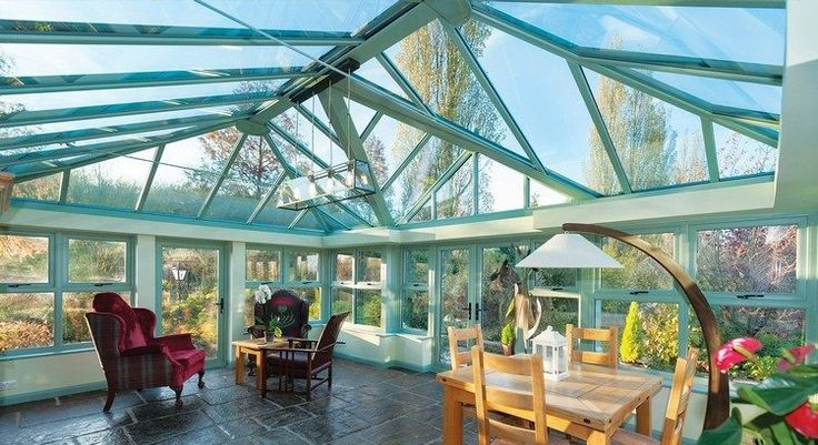 extension de maison à éclairage zénithal, meubles en bois massif et lampadaire design