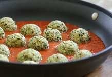 Pečené cuketové kuličky s česnekem a rajčatovou omáčkou