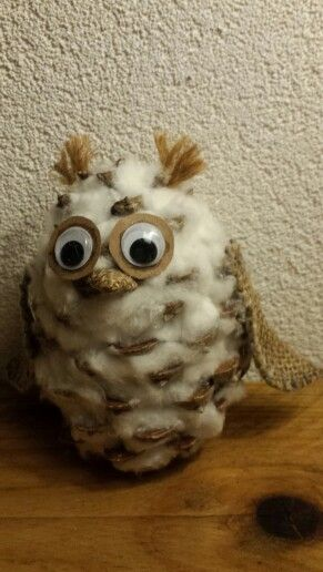 Uil van dennenappel,  watten en jute. Pine cone owl