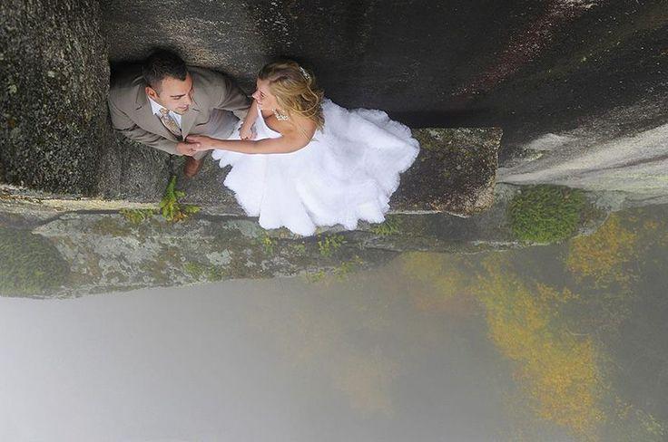 Jay Philbrick und seine Frau Vicki sind Hochzeitsfotografen der ganz besonderen Art. Ihre Fotoshootings finden nämlich nicht etwa vor einem Baum oder auf einer grünen Wiese statt, sondern auf einer rund 110 Meter hohen, fast senkrechten Felswand im amerikanischen Echo Lake State Park statt.