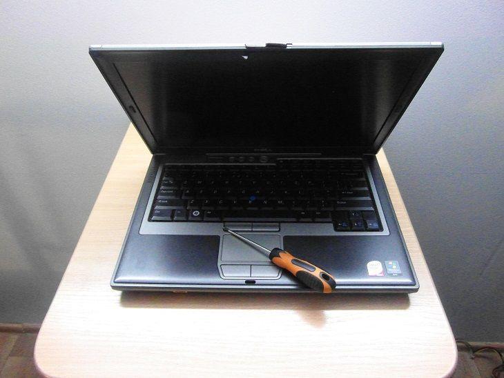 zalany laptop warszawa odkręcanie laptopa klawiatura matryca
