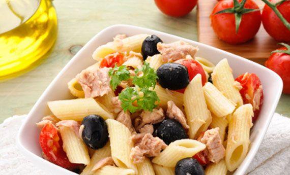 Pasta fredda con tonno, pomodorini e olive nere: veloce e irresistibile   Cambio cuoco