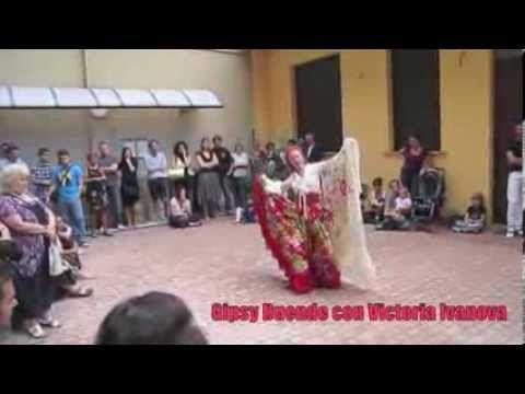 Victoria balla nel cortile di Spazio Aries! che bella giornata! #gypsy!!!!!