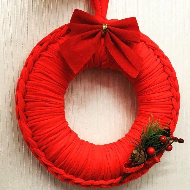 Новогодняя идея.  Рождественский венок из трикотажной пряжи.