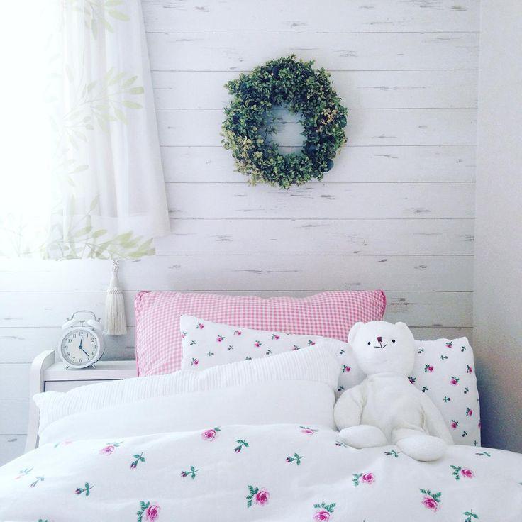 3つめのリース  高校生の娘のお部屋に飾ってます♡ᵕ̈*⑅୨୧  アナベルのリースって花びらがひらひら落ちちゃうから難しかった〜 #ナチュラルリース#リース作り #flowers #アナベルリース#naturalwreath #interior #子ども部屋#handmade #kurashiru #花のある暮らし#ikea #bear
