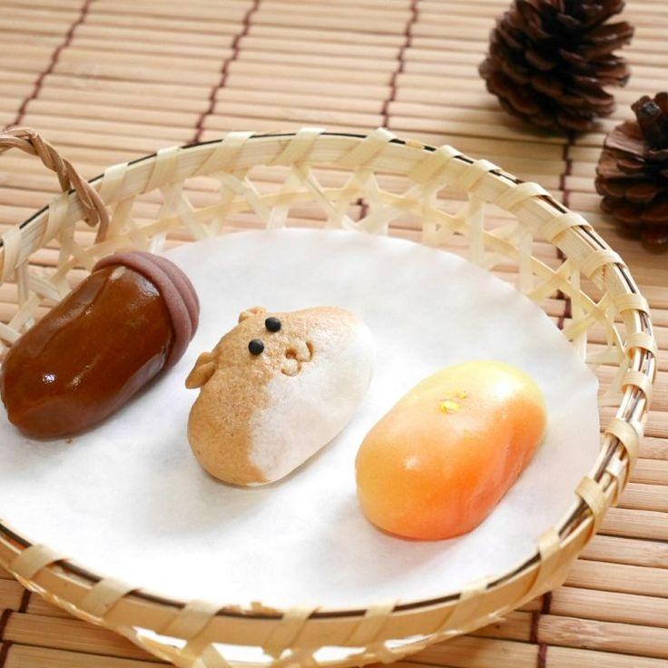 和菓子『結』の秋の ' なまささら ' です。 ぷっくりほっぺの「りす」はじょうよまんじゅう。 つぶらな瞳で見つめてきます。 「どんぐり」はつやつやのこなし生地で小豆こしあんを包んだ練りきり。帽子が可愛いです。 もっちりお餅の「照葉」は口どけのよい白あん。輝く氷餅が紅葉のきらめきをあらわしています。 季節によって変わる ' なまささら '。 ささらは小さいという古語です。 小さい秋を見つけてほっこり(^.^) (12/1からは冬の ' なまささら ' になります。) #和菓子 #結 #秋 #紅葉と実り #新宿 #おみやげ #お土産 #手土産 #ことりっぷ東京 #東京みやげ