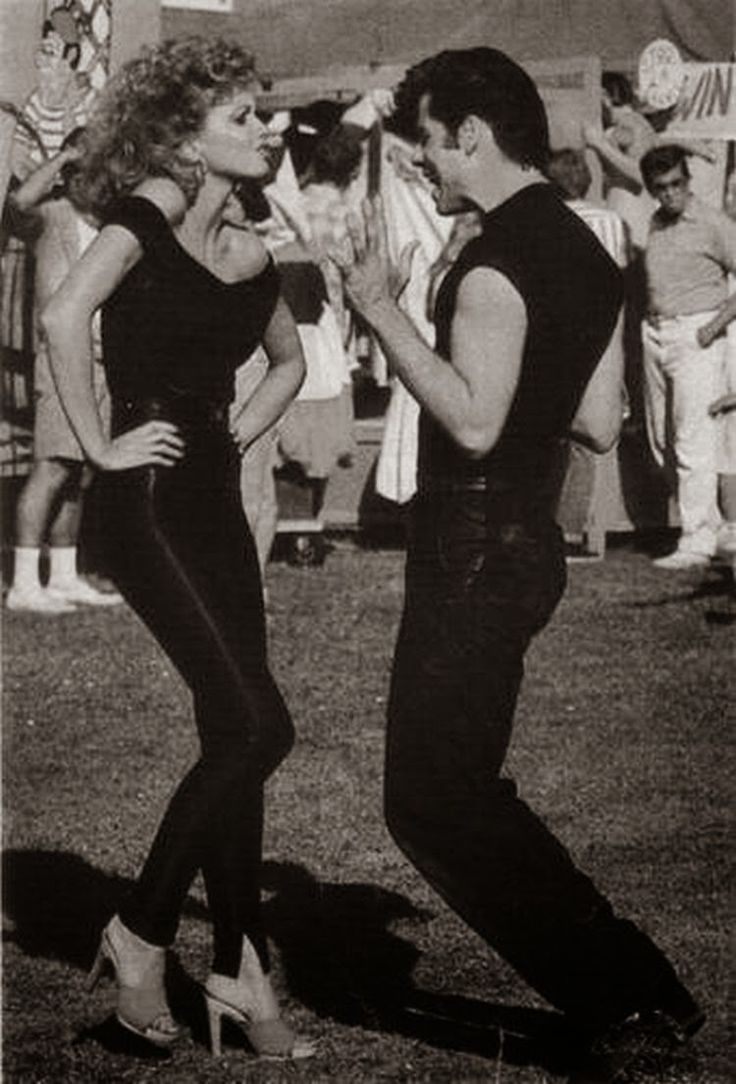 """Ο Τζον Τραβόλτα και η Ολίβια Νιούτον κάνοντας πρόβες για την ταινία """"GREASE"""""""