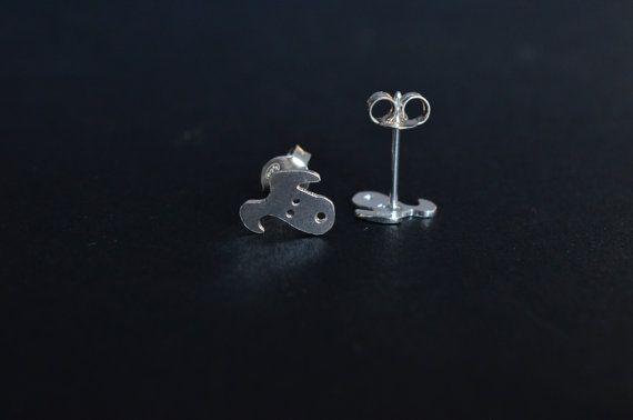 Orecchini con cane e osso in argento 925 fatto a mano leggero,cagnolino, orecchino leggero, orecchino lobo,