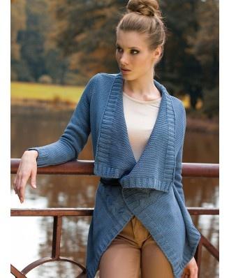 Długi kardigan model LORA. Przydatny na chłodniejsze dni i wieczory. Jak znalazł w szafie każdej kobiety, która ceni sobie wygodę i modny look. Sweterek zdobiony poprzecznym warkoczem. Do noszenia luźno, lub z paskiem według własnej fantazji.