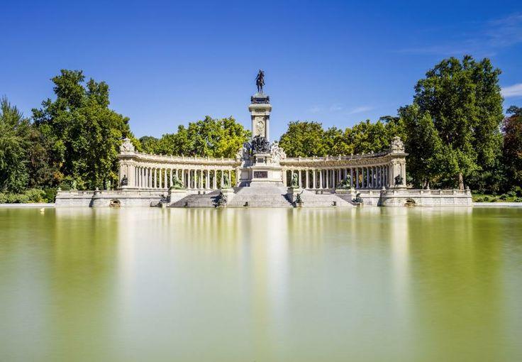 El Retiro o el 'pulmón de la ciudad' es uno de los principales parques de la ciudad, su apertura al público fue en 1868. Cuenta con una infinidad de estatuas, fuentes y monumentos conmemorativos que han ido poblando los jardines y lo han convertido en un museo de escultura al aire libre. #Madrid #OjalaEstuvierasAqui #BestDay