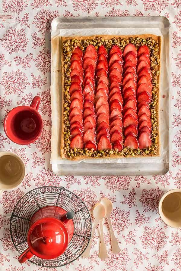 Tarta de fresas y pistachos. Receta fácil