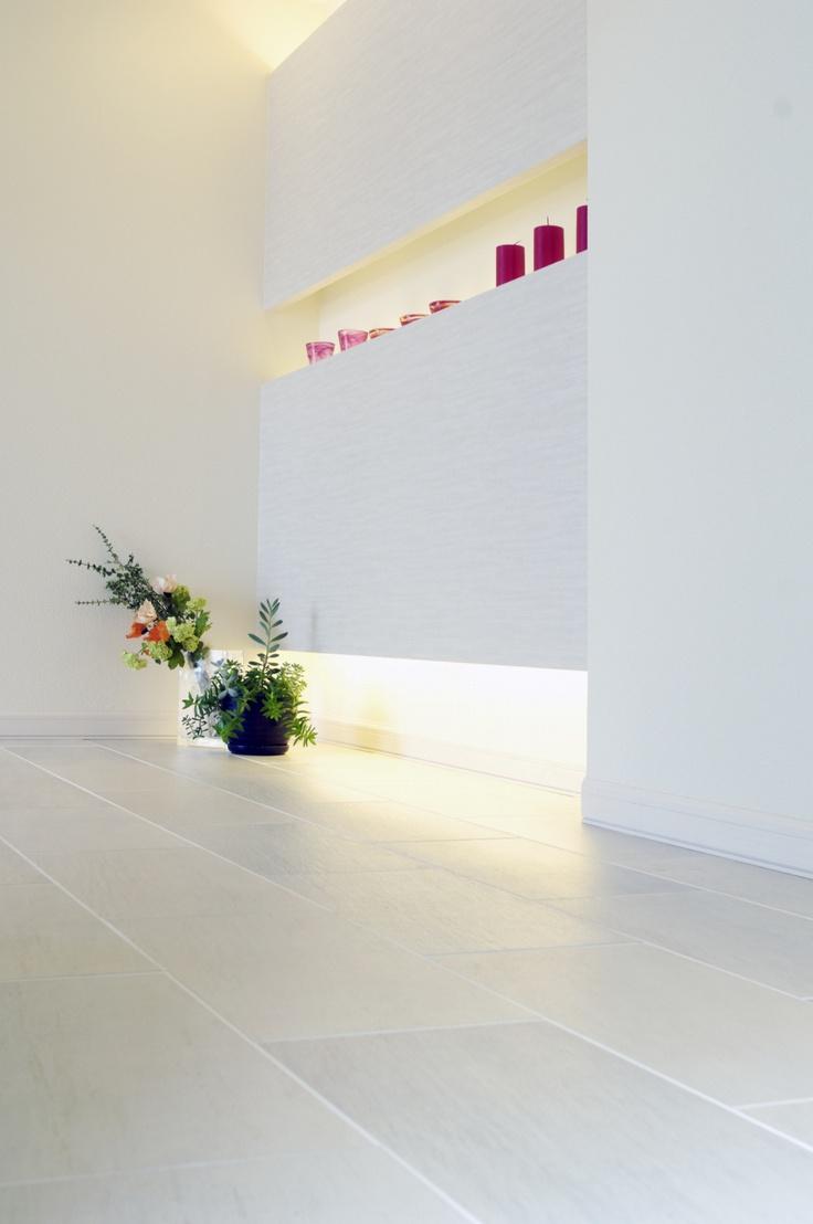 玄関の間接照明 明るくていい感じです。 いろんなものがきれいに見える。