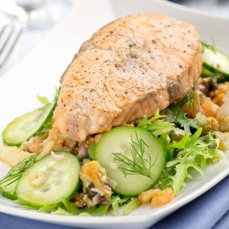Салат с теплой семгой и морепродуктами